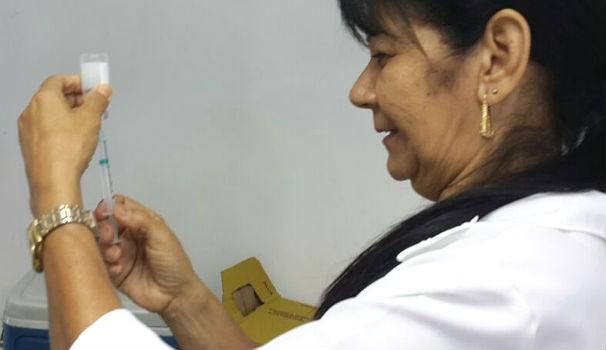Enfermeira prepara dosagem de vacina em ação da TV Gazeta (Foto: Divulgação/Marketing OAM)