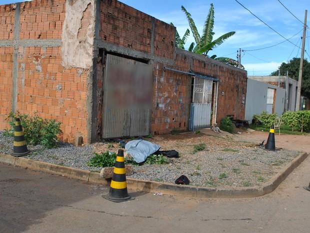 Homem morre após ser baleado e ter corpo esmagado por concreto, em Goiás (Foto: Divulgação/Polícia Técnico-Científica)