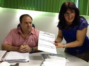 Secretário adjunto da Sesau e Antonieta Gama, diretora do HICD, mostram exames feitos desde o nascimento de Samara (Foto: Gaia Quiquiô/G1)