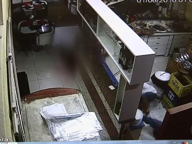 Garçom foi atingido por cliente em frente a uma pizzaria de Jundiaí (Foto: Reprodução/TV TEM)