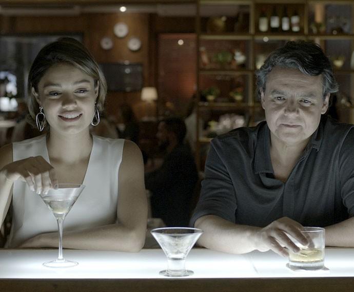 Alice diz que gosta da companhia de Evandro (Foto: TV Globo)