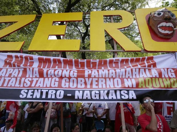 Protesto marca Dia do Trabalho em Manila, as Filipinas. (Foto: Bullit Marquez / AP Photo)