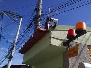 Polícia vai analisar as câmeras de segurança do condomínio para tentar identificar os suspeitos (Foto: Cleber Rodrigues/Inter TV)