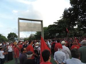 Grupo se reuniu em frente ao monumento Tortura Nunca Mais, no centro do Recife (Foto: Bruno Marinho/G1)