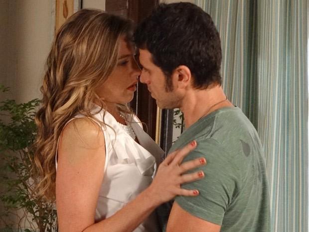 No meio da conversa a atração entre Vânia e Ulisses fica irresistível (Foto: Guerra dos Sexos / TV Globo)