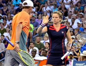Clijsters cumprimenta o parceiro Bob Bryan após sua partida de despedida (Foto: Divulgação / US Open)