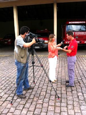 A repórter Rejane Gambin e o cinegrafista André Buzzi em gravação de reportagem (Foto: Falconeri Costa/Divulgação)