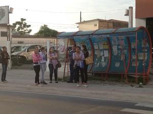 Passageiros esperam pelo transporte em pontos de ônibus (Foto: Naim Campos/RBS TV)