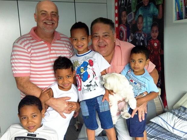 Osmir Messora e o professor Carlos Eduardo Souza com os quatro filhos  (Foto: Isabella Formiga/G1)