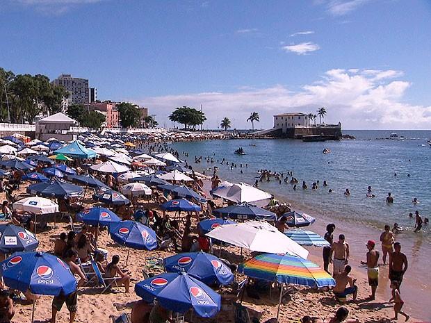 Praia do Porto da Barra, em Salvador, lotada nesta segunda-feira (22) (Foto: Reprodução / TV Bahia)