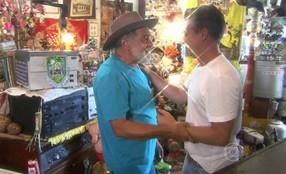 Luciano Huck reencontra Seu Brasinha, primeiro participante do 'Quinquilharia'