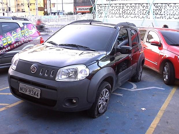 Carro estourou dois pneus quando passou sobre gelo baiano (Foto: TV Verdes Mares/Reprodução)