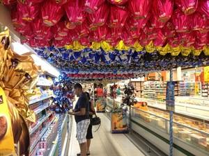 Consumidores escolhem ovos de chocolate em supermercado (Foto: Karla Cabral/G1)