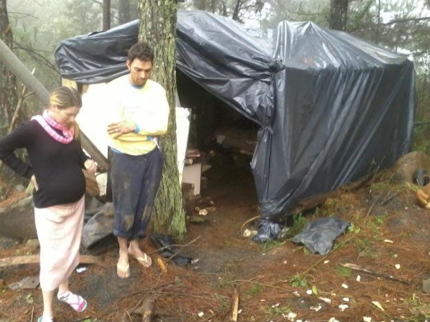 Homem e mulher grávida de 8 meses estavam acampados na BR-153 há um mês (Foto: Divulgação/Patrulha Rural da Polícia Militar de União da Vitória)
