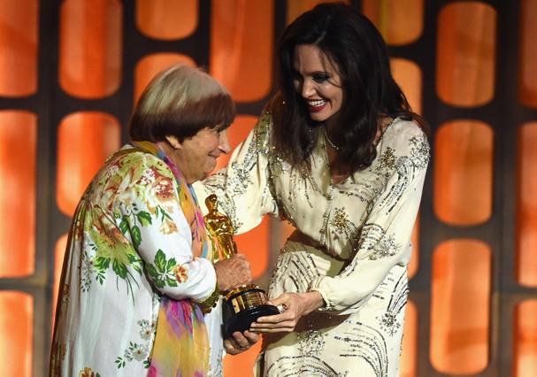 Agnès Varda recebe Oscar de Angelina Jolie (Foto: Getty Images)