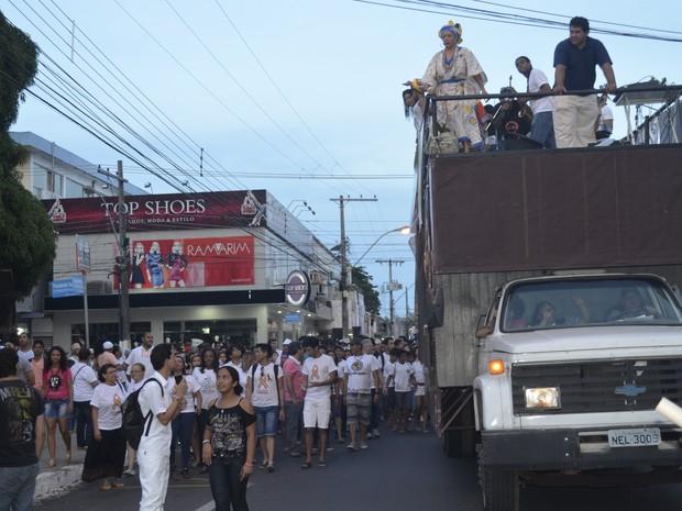 Caminhada reuniu cerca de mil pessoas, segundo coordeção do evento (Foto: Dyepeson Martins/G1)