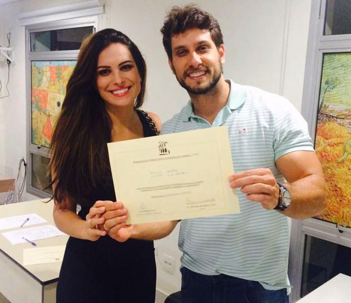 Kamilla e Eliéser, do BBB13, mostram documento após curso de noivos (Foto: Arquivo pessoal)