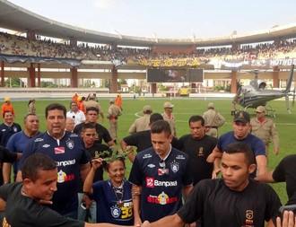 Eduardo Ramos apresentado no Mangueirão para a torcida do Clube do Remo (Foto: Gustavo Pêna)