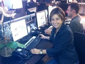 Rosane, feliz, em sua mesa de trabalho na redação da RBS TV (Foto: Luiza Carneiro, RBS TV)