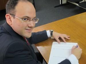 O advogado Antônio Calcini faz aula de caligrafia para melhorar desempenho em concursos públicos (Foto: Paulo Guilherme/G1)
