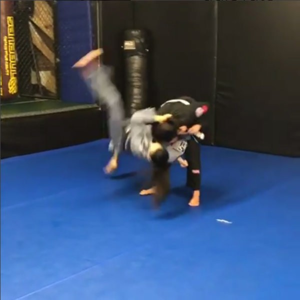 Demi Lovato dá golpe em campeã de jiu-jitsu (Foto: Reprodução)
