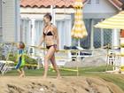 Kate Hudson usa biquíni comportado em ida à praia