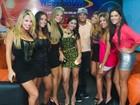 Belo é tietado por mulheres depois de show no Rio