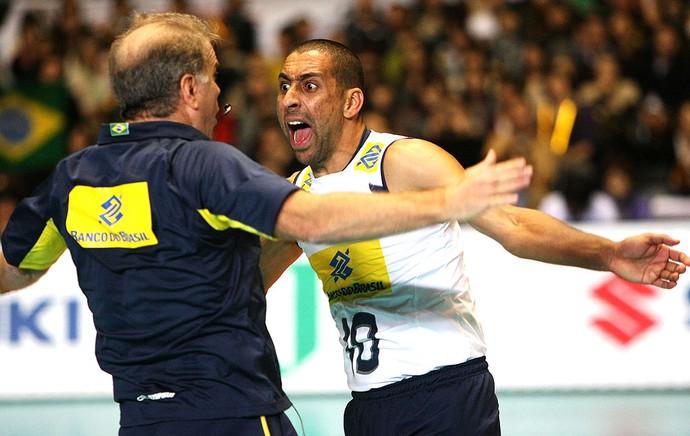Serginho e Bernardinho comemoram ponto do Brasil no vôlei (Foto: Divulgação / FIVB)
