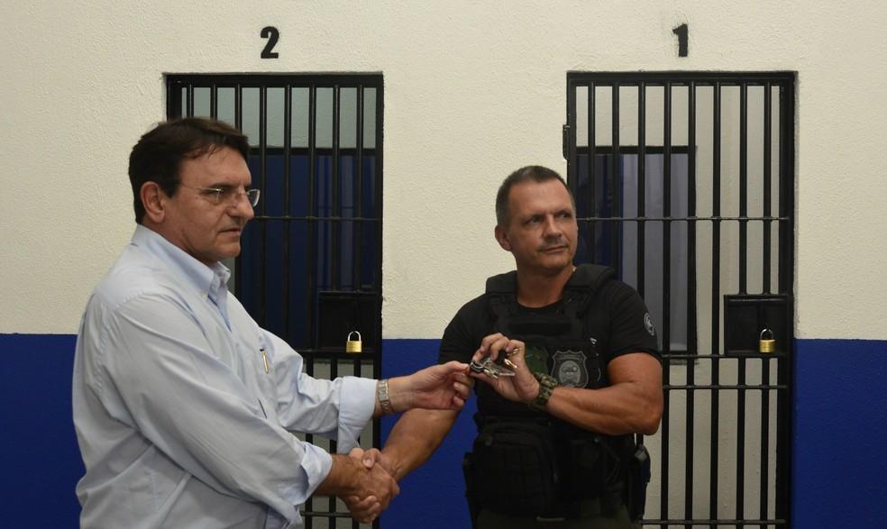 Secretário da Infraestrutura entrega chaves do pavilhão ao titular da Sejuc (Foto: Fred Carvalho/G1)