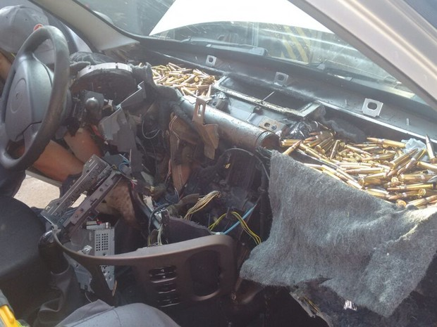 Bombeiros cortaram painel após carro ser parado na rodovia (Foto: Divulgação/ Polícia Rodoviária Avaré)
