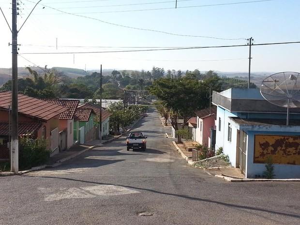 Rua Luiz Machado, uma das cinco da cidade, é principal rua de Serra da Saudade (Foto: Anna Lúcia Silva / G1)