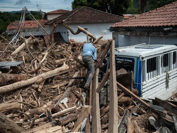 Moradores de Itaóca, localizada no Vale do Ribeira, região sudeste do Estado de São Paulo, contabilizam prejuízos e buscam por desaparecidos depois de enchente que atingiu o município no último dia 12 (Foto: Marcelo Camargo / Agência Brasil)