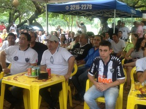 Torcedores da Galotins atentos a cada lance da partida contra o Raja (Foto: Vilma Nascimento/GLOBOESPORTE.COM)