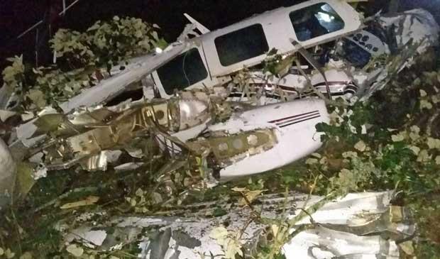 Destroços de pequeno avião atribuído à tripulação de 'Mena', filme estrelado por Tom Cruise, que caiu em área rural de San Pedro de los Milagros, na Colômbia (Foto: Corpo de Bombeiros de San Pedro de los Milagros / via AP Photo)