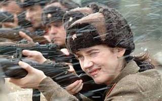 Atriz precisou ter aulas de tiro (Foto: Divulgação / Reprodução)