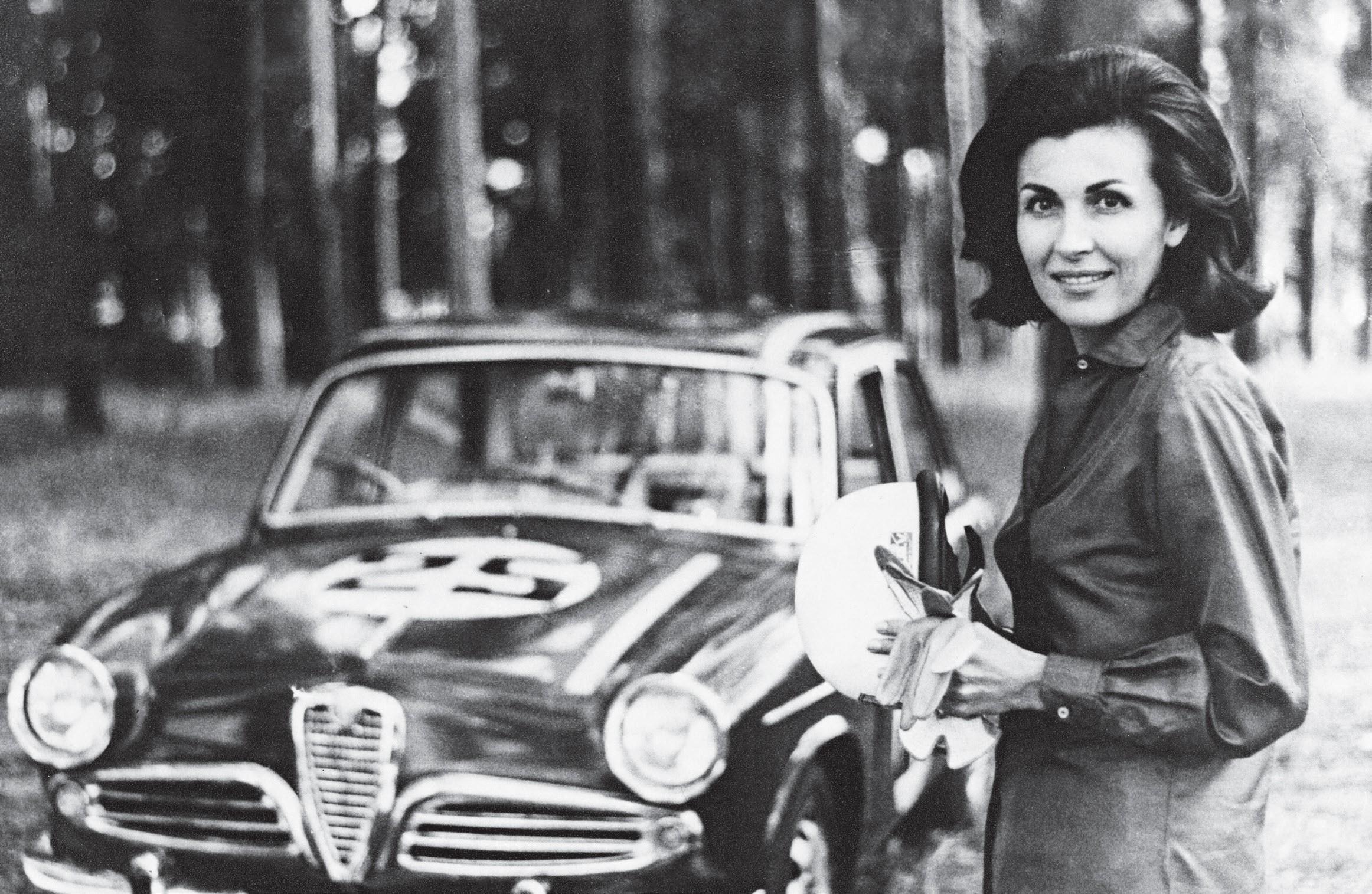 Lulla Gancia ao lado do Alfa Giulietta, com que disputou a primeira corrida em 1963 (Foto: Arquivo Pessoal e Estadão Conteúdo)