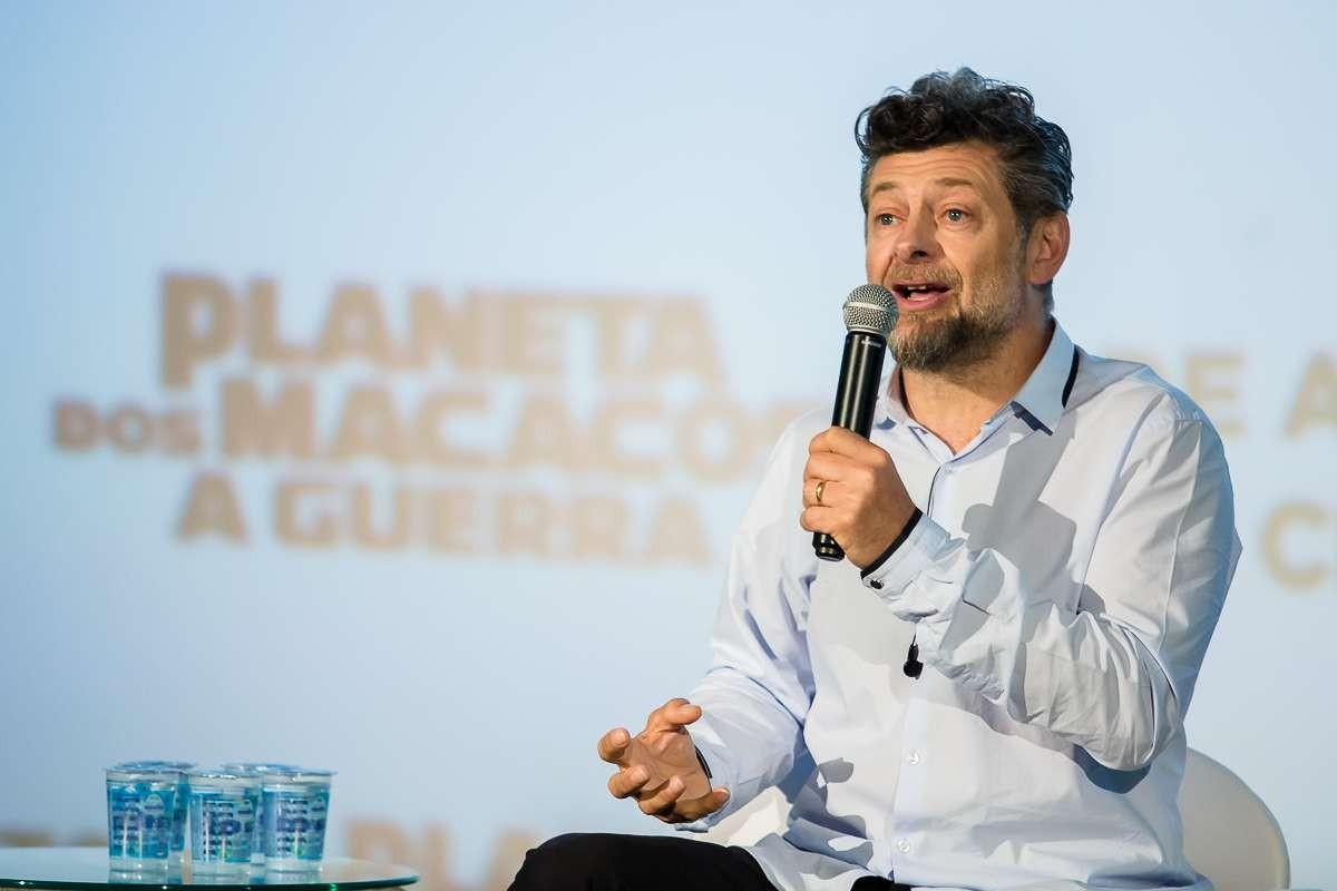 Serkis fala com a imprensa (Foto: Maurcio Santana)