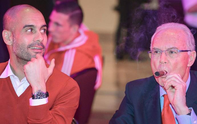 Guardiola e Franz Beckenbauer no jantar de comemoração do Bayern de Munique (Foto: EFE)