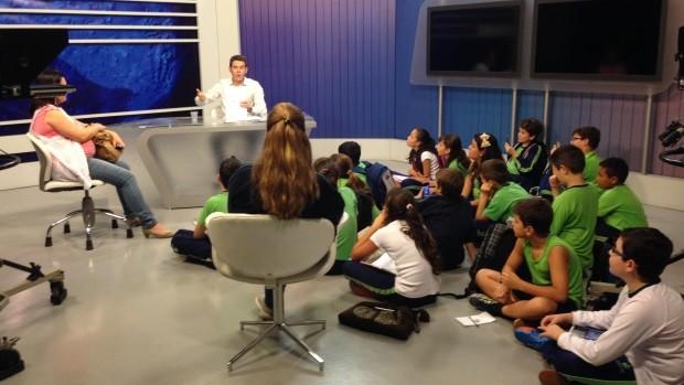 Rbs Tv Sala De Redacao ~  de estudantes visita redação da RBS TV e entrevista apresentador