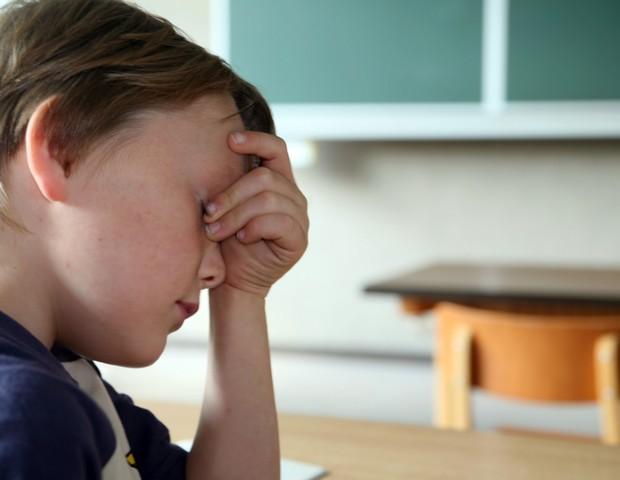 Criança frustrada em sala de aula (Foto: Thinkstock)