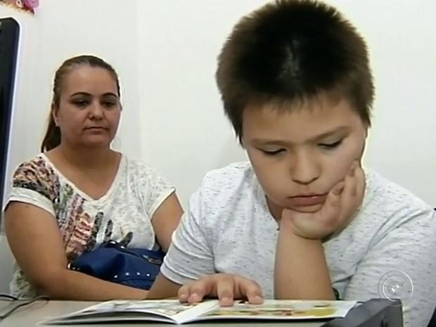 Gabriel adorou histórias e aprendeu a fazer cateterismo sozinho (Foto: Reprodução / TV TEM)