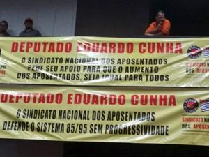 Integrantes da Força Sindical exibem faixa de apoio ao presidente da Câmara, Eduardo Cunha (Foto: Tatiana Santiago / G1)