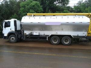 Segundo PM, caminhão trafegava em alta velocidade em Chapecó (Foto: Polícia Militar/Divulgação)
