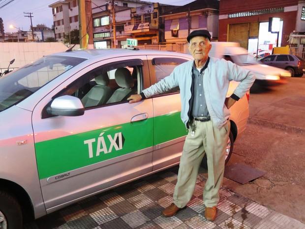 Seu Costinha tem 85 anos e trabalha doze horas por dia  (Foto: Luna Oliva/G1)
