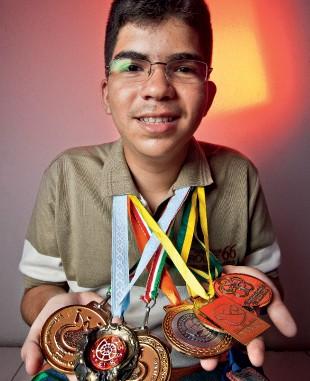 A FÓRMULA Felipe e seus prêmios. Ele tem facilidade de aprender, estuda muito e os pais dão total apoio (Foto: Jarbas Oliveira/ÉPOCA)