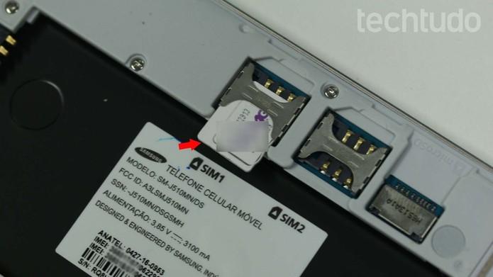 Coloque o chip no Galaxy J5 Metal com a parte magnética voltada para baixo (Foto: Ana Marques/TechTudo)