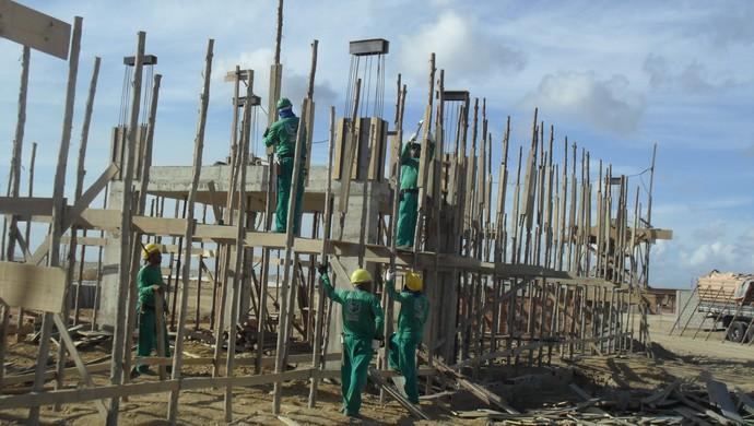 Operários trabalham na construção da guarita do CT do CRB (Foto: Denison Roma / GloboEsporte.com)