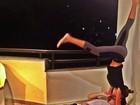 Adriana e Rodrigão postam foto com 'beijo acrobático'