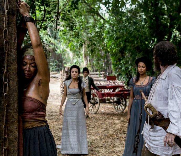 Joaquina chega para impedir que Bertoleza castigue escrava (Foto: Ellen Soares/TV Globo)