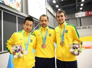 Gustavo Tsuboi (prata), Thiago Monteiro (bronze) e Hugo Calderano (ouro) tênis de Mesa (Foto: Saulo Cruz/Exemplus/COB)